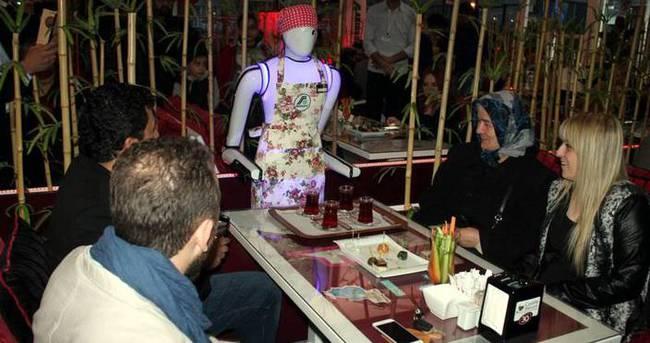 Konya'daki bu kafede robot garsonlar servis yapıyor