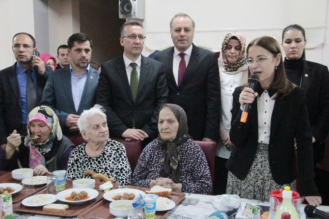 Aile Ve Politikalar Bakanı İslam Huzurevini Ziyaret Etti