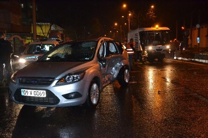 Babasının Taksisiyle Kaza Yaptı; 2 Yaralı