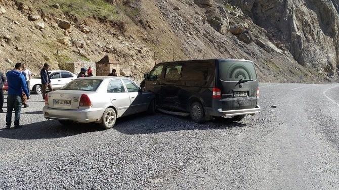 Hakkari'de Maddi Hasarlı Trafik Kazası