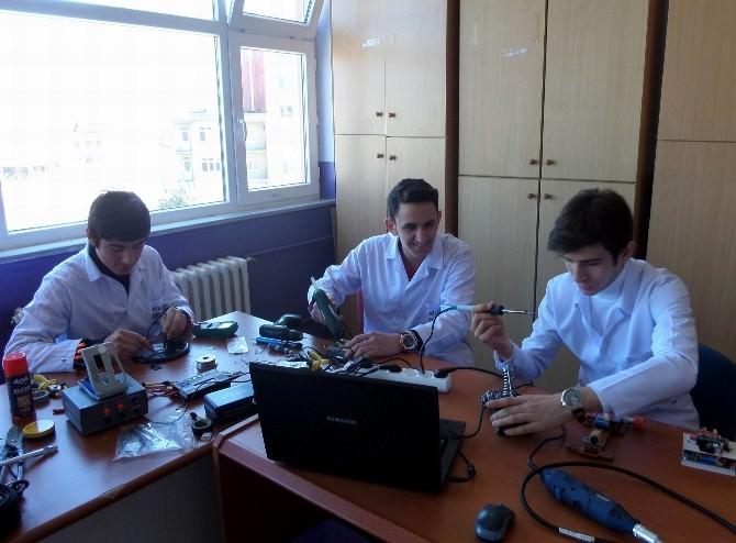 Liseli Öğrenciler Robot Yarışmasına Hazırlanıyor