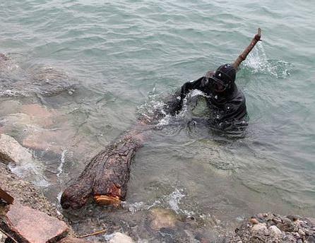 Kadın cesedi sanıldı ağaç gövdesi çıktı