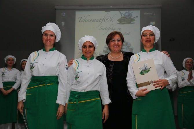 Konak'ta Kadın Kursiyerler Sertifikalarını Aldı
