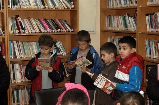 Öğrenciler Halk Kütüphanesini Ziyaret Etti