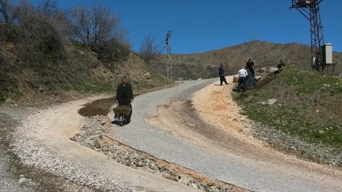 Bozulan Yolu Köylüler Onarıyor