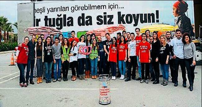 LÖSEV'in TIR'ı İzmir'de iyilik dağıtı