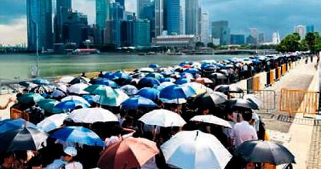 Singapur kurucu liderini, yağmur altında uğurladı