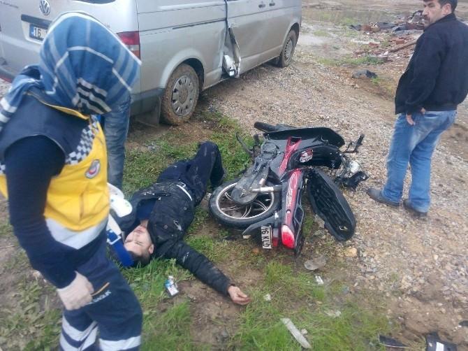 Minibüsle Çarpışan Motosikletli Genç Yaralandı