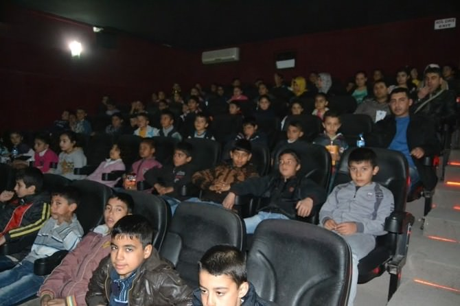 Liselilerden İlkokul Öğrencilerine Sinema Desteği