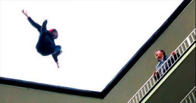 Bunalıma giren genç 10 katlı binadan atladı