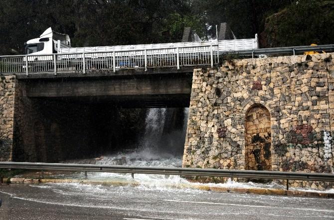 Antalya'da Elektrik Kesintisi Su Baskınlarına Sebep Oldu