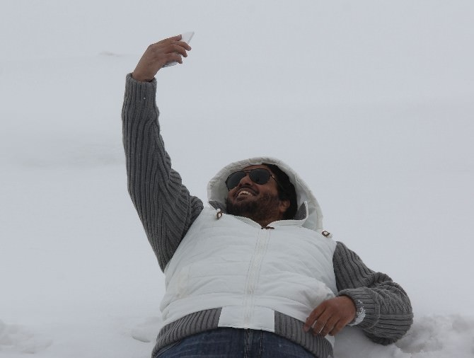 Rize'de Kar İle İlk Kez Tanışan Arap Turizmciler Şaşkınlıklarını Gizleyemedi