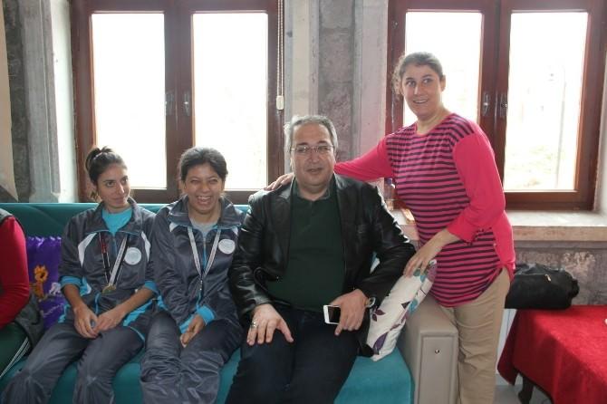 Ünver, Özel İnsanlar Eğitim Merkezi'ndeki Öğrenci Ve Aileleri Ziyaret Etti