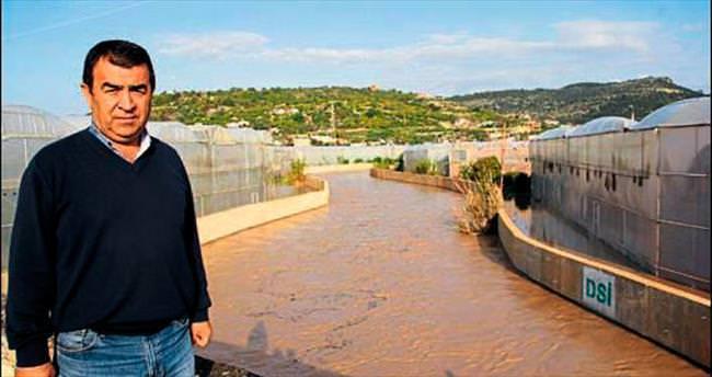 Lemas deresi taşınca ev ve tarlaları su bastı