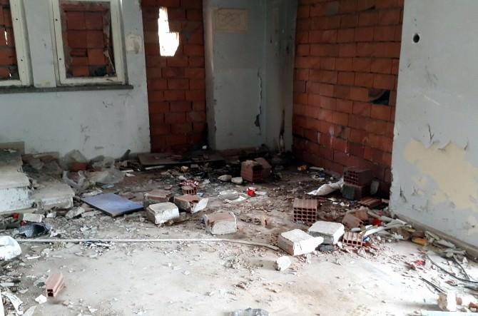 Bandırma'daki Eski Hastane Binaları Tehlike Saçıyor
