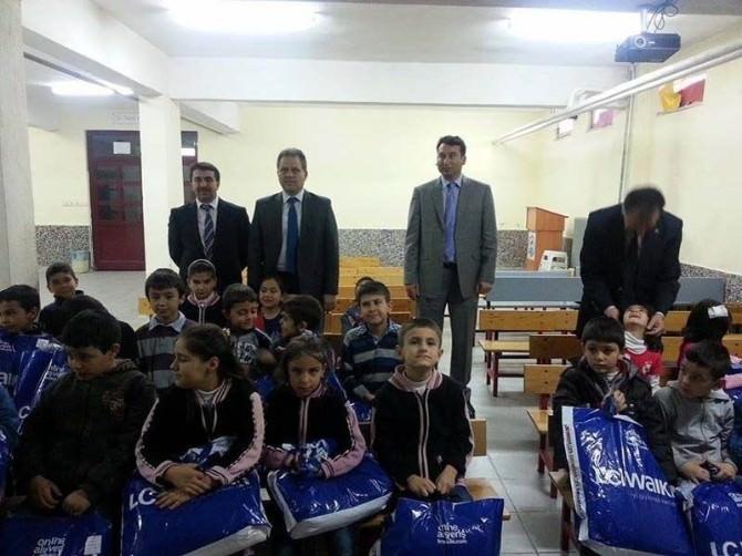 Beyşehir'de İhtiyaç Sahibi Öğrencilere Giysi Yardımı