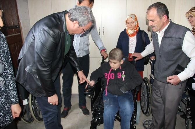 İki Engelliye Akülü Tekerlekli Sandalye