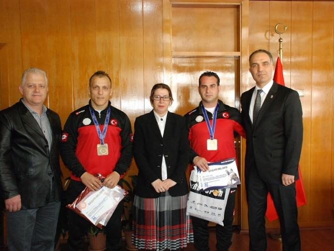 Vali Çetinkaya'dan Sporculara Ödül