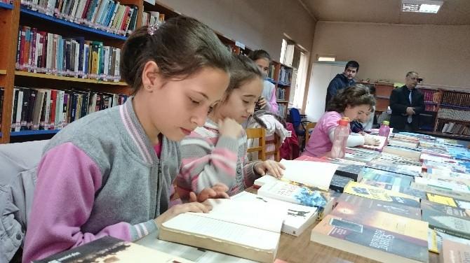 Öğrenciler Kitap Okudu