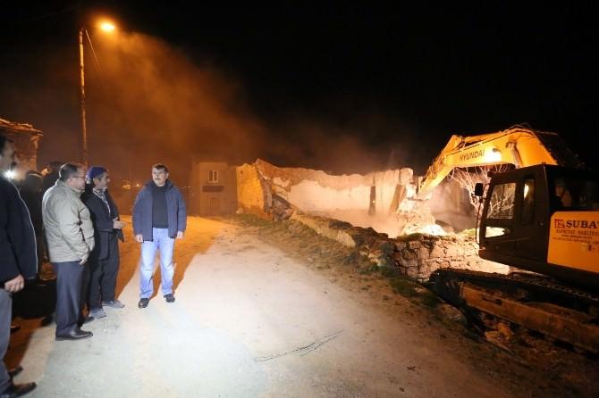 Afşin Belediyesi Metruk Yapıları Yıkıyor