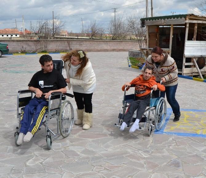 Yürüme Engelli Kardeşlere Tekerlekli Sandalye