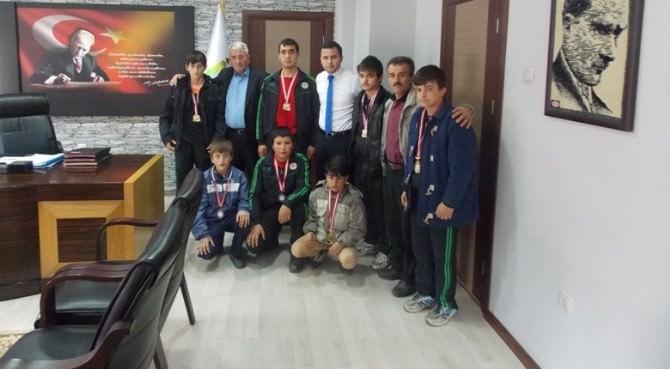 Uzundere Kaymakamı Arslan Türkiye Üçüncüsü Olan Takımı Ödüllendirdi