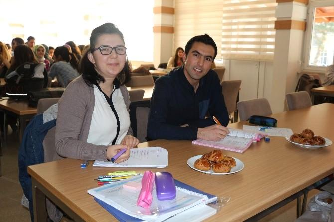 Kitap Okuyan Öğrencilere Ücretsiz Çay Ve Çörek