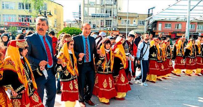 Konuk folklorcular kortej yürüyüşünde