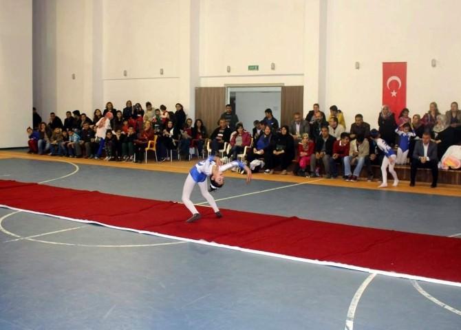 Minik Jimnastikçilerin Gösterisi Nefesleri Kesti