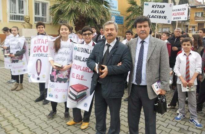 Alaşehir'de Öğrenciler Meydanda Kitap Okudu