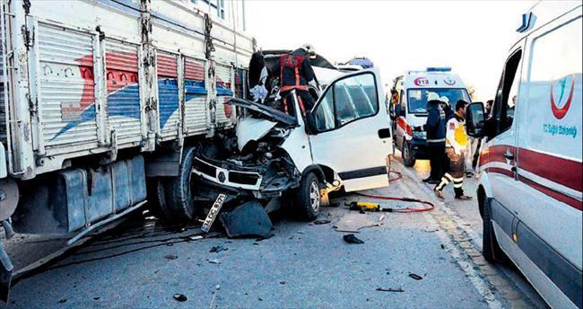 Diyalize giden hastaları taşıyan servis kamyona çarptı