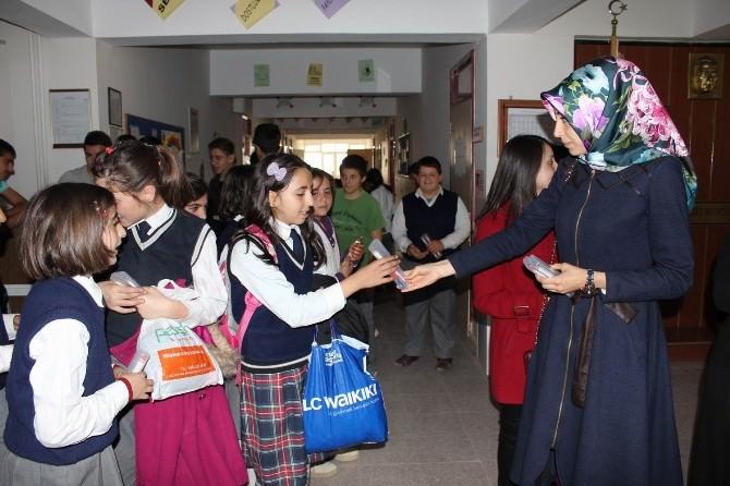 Erzincan'da Yüzlerce Kırtasiye Seti Öğrencilere Dağıtıldı