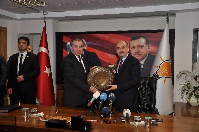 """Bakan Müezzinoğlu: """"Birileri Atatürk'ün Gölgesinde Yan Gelip Yatıyor"""""""