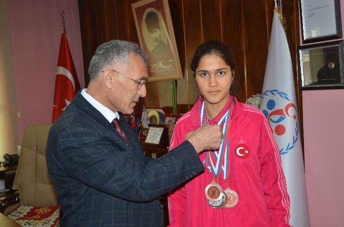Avrupa'da 4 Madalya Kazanan Özel Sporcuya Çeyrek Altın