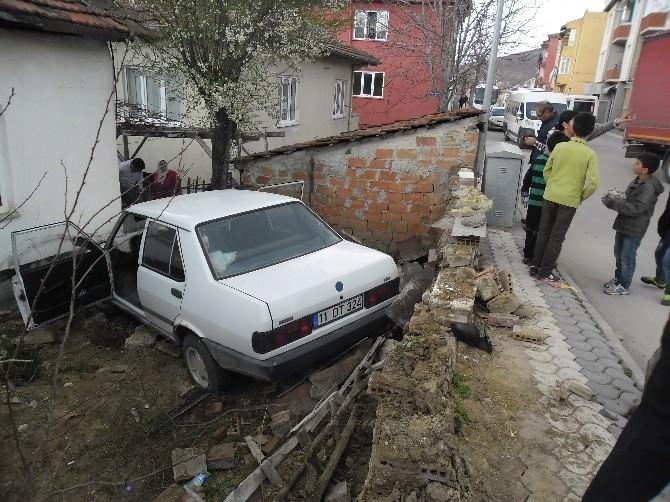 Bozüyük'te Kontrolden Çıkan Otomobil Bahçe Duvarını Yıktı