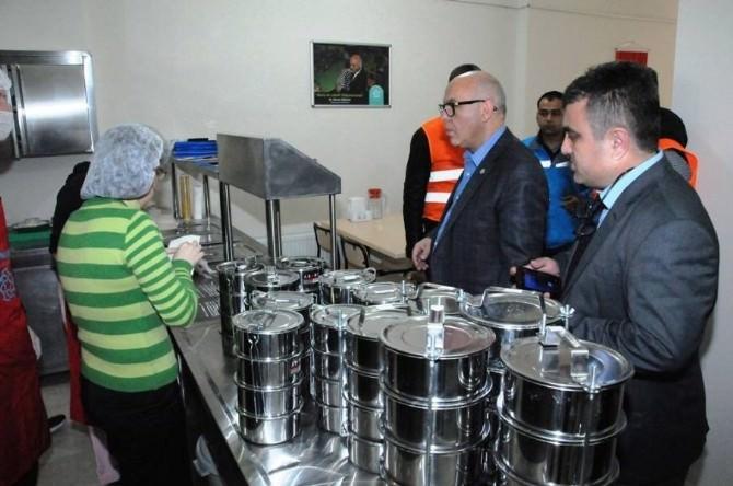 Süleymanpaşa Belediye Başkanı Ekrem Eşkinat, Aşevinde Yemekleri Kendi Elleriyle Dağıttı