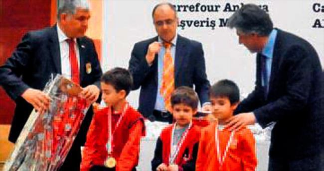 Umut Yalanız, Satranç Turnuvası'nda birinci oldu