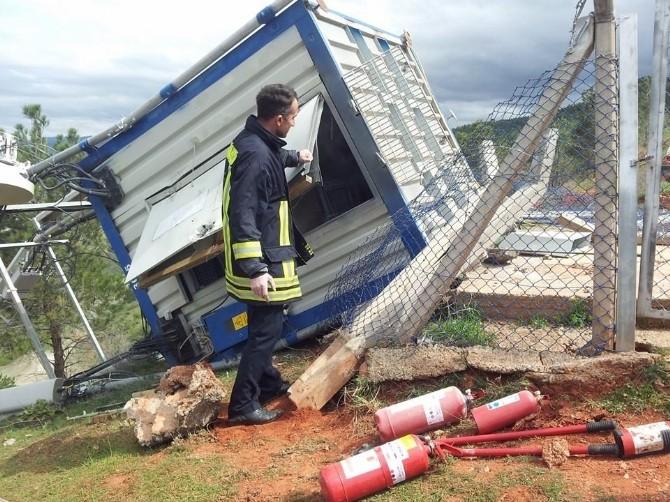 Şiddetli Rüzgar Baz İstasyonunu Devirdi