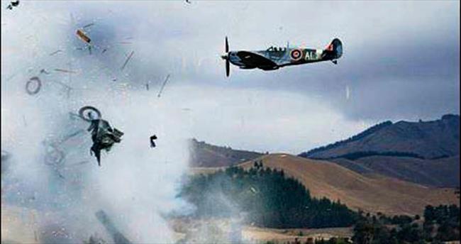 Uçağı düşen pilot gösteriye devam etti