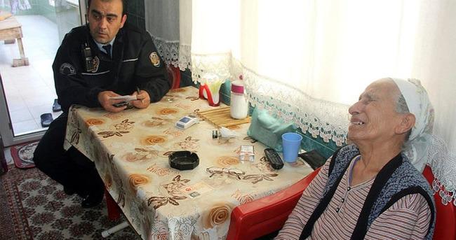 Yaşlı kadını kandırıp 5 bin lirasını çaldılar