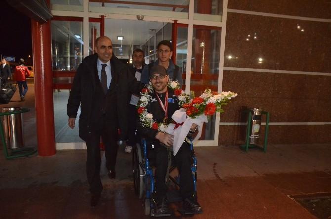 Asya Şampiyonu Çiçeklerle Karşılandı