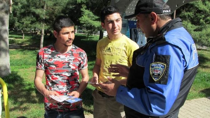 Nizip'te Polis Vatandaşa Broşür Dağıttı