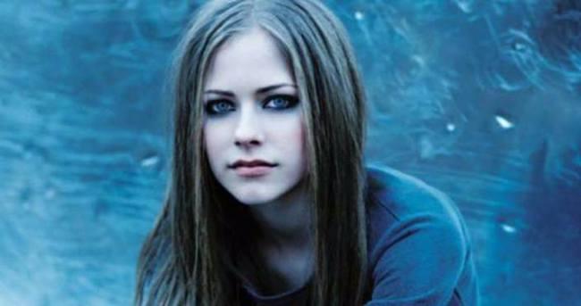 Avril Lavigne'yi kene ısırdı