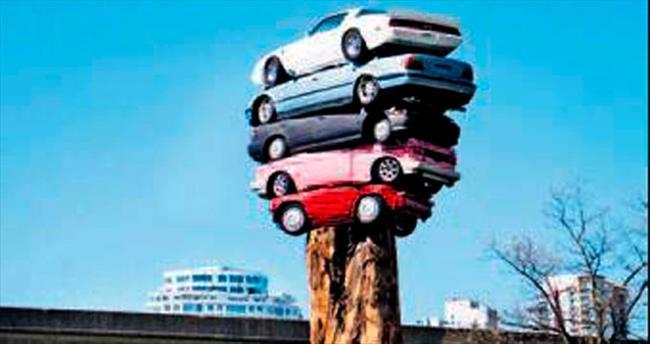 Tüketim döngüsüne araç anıtıyla vurgu