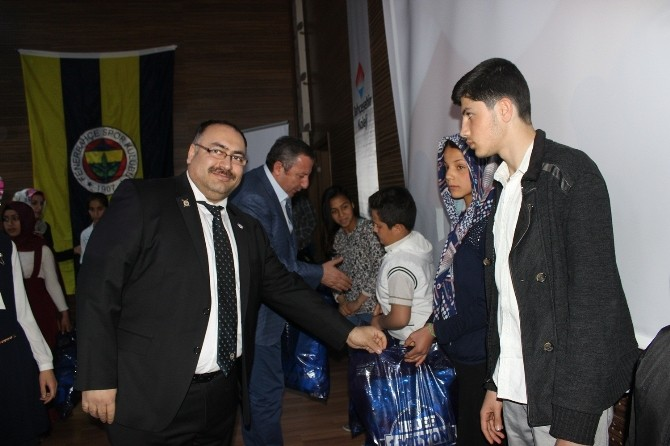 Fenerbahçe Klübü Dar Gelirli Çocuklara Forma Dağıttı