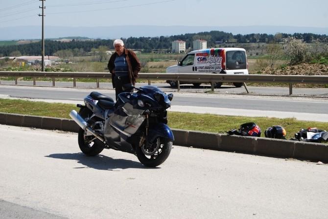 Motosiklet, Otomobillere Çarptı: 2 Yaralı