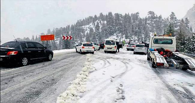 Antalya-Konya yolu karla kaplı