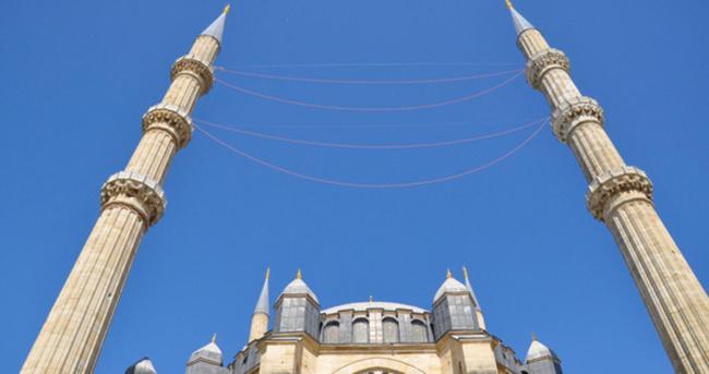 Selimiye Camii´ne 16 yıl sonra mahya asıldı