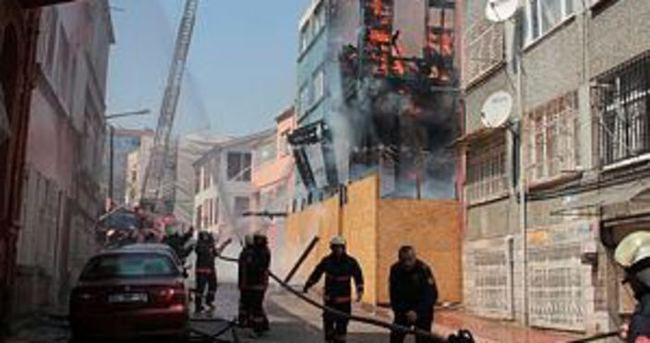 Fatih'te tarihi bina kül oldu