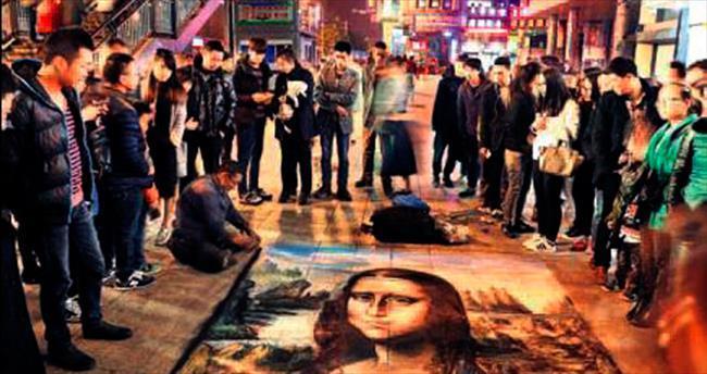 Sokak ressamından tebeşirle dev Mona Lisa